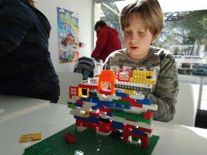 Kocka izziv: izdelaj zid z okni