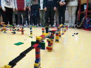 Z ekipo sestavimo most in jih povezemo med seboj.